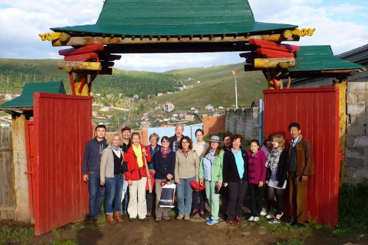 Gruppenbild vor dem Goldener Hirsch Tor in der Mongolei ©2014 Zonta Club Ingolstadt