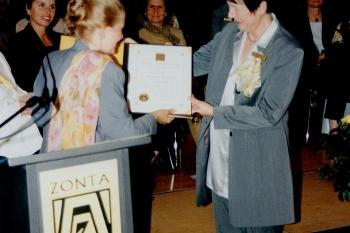 Übergabe der Charterurkunde an Frau Dr. Sibylle Clar ©Zonta Club Ingolstadt